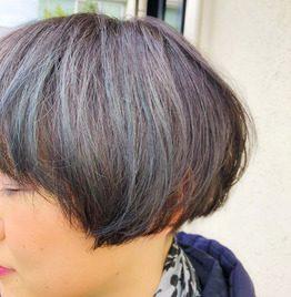 ハイトーンのヘアマニキュアをした女性