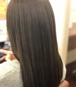 美髪の女性の後ろ姿