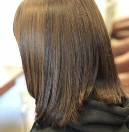 髪質改善トリートメントをした女性